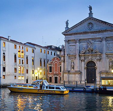Traditionsreicher Palast an Venedigs Canal Grande