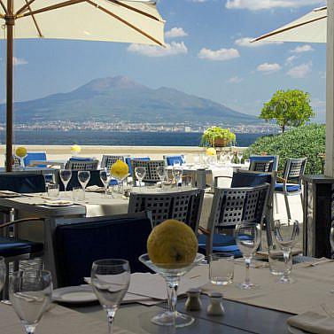 Spa-Juwel in Weiß am Golf von Neapel