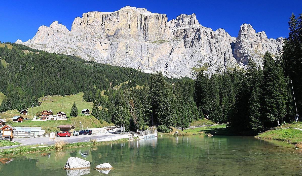 Lago di Canazei bei Canazei, Dolomiten | italien.de
