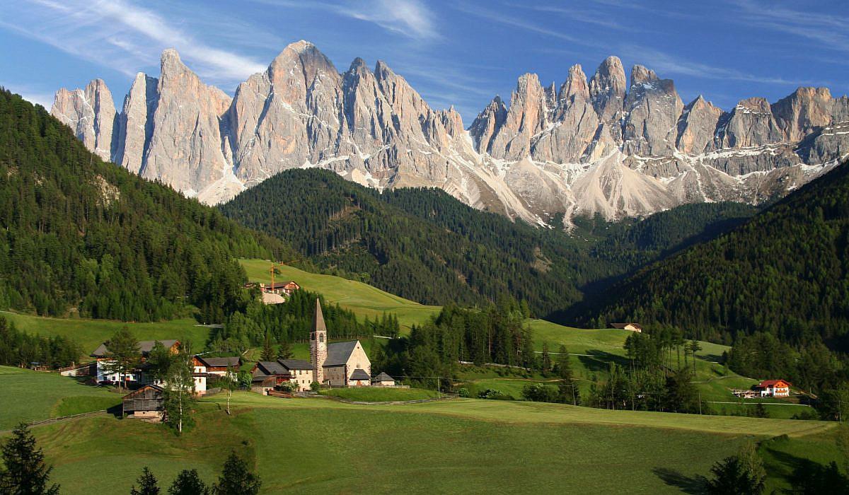 Panoramaansicht von einem Dorf in den Dolomiten | italien.de