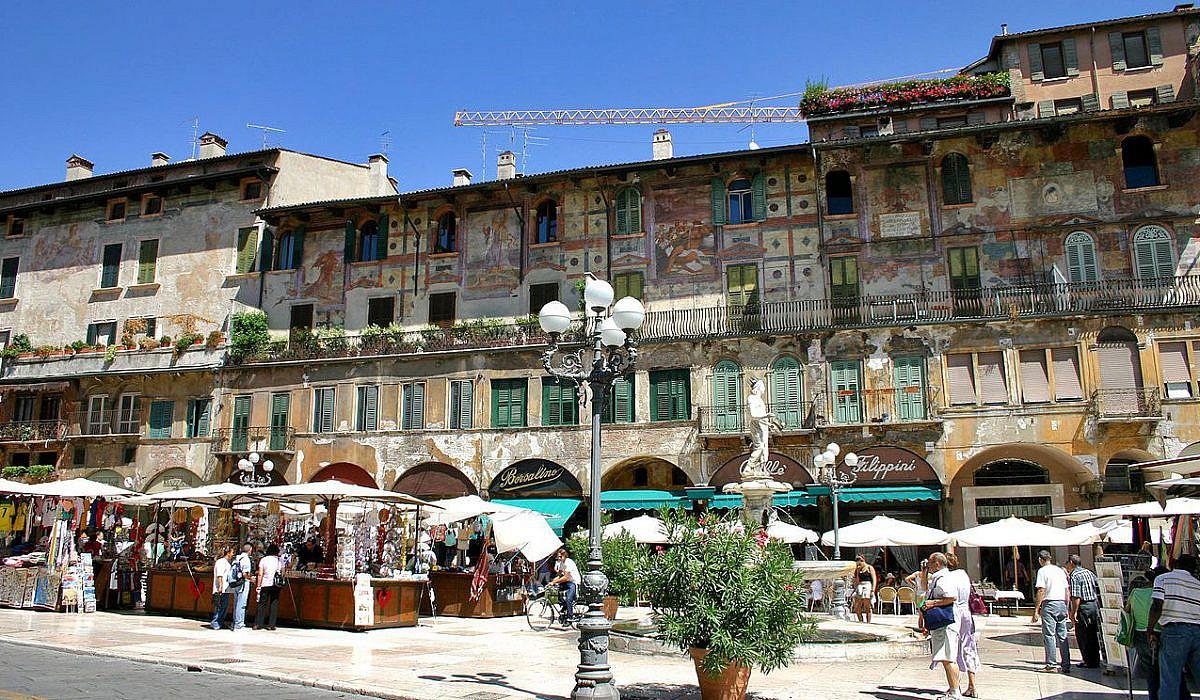 Piazza delle Erbe in Verona, Venetien | italien.de