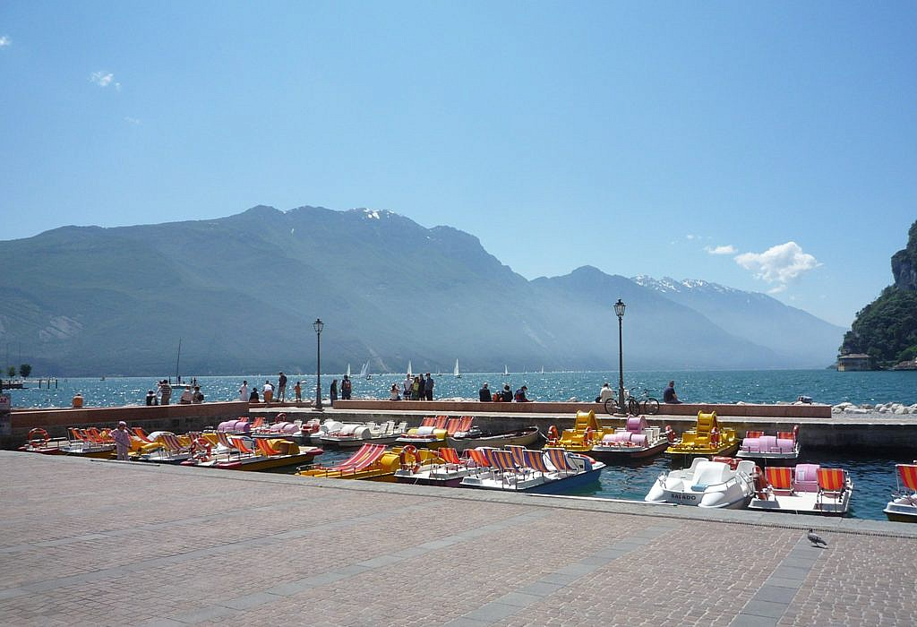 Blick von Riva del Garda auf den Gardasee | italien.de