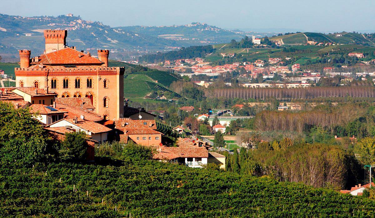 Schloss mit Weinbergen in Barolo, Piemont | italien.de